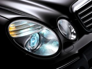 Mercedes-Benz E-Klasse: Das Intelligent Light System bietet Mercedes-Benz auf Wunsch in Kombination mit Bi-Xenon-Scheinwerfern an. Mercedes-Benz E-Class: Mercedes-Benz offers the Intelligent Light System as an optional extra in combination with bi-xenon headlamps.