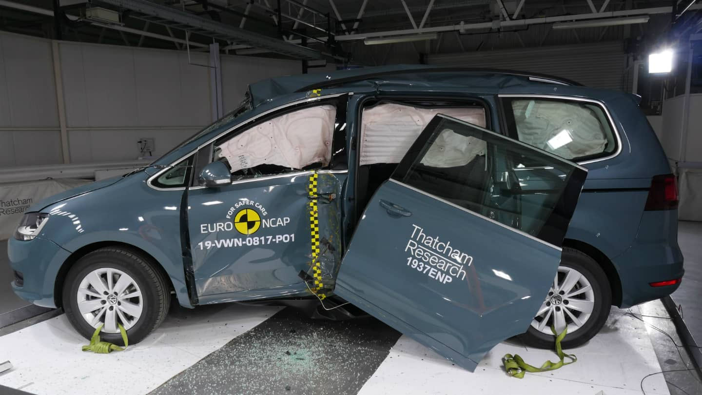 2020-Volkswagen-Sharan-crash-test-Euro-NCAP-December-2019-01