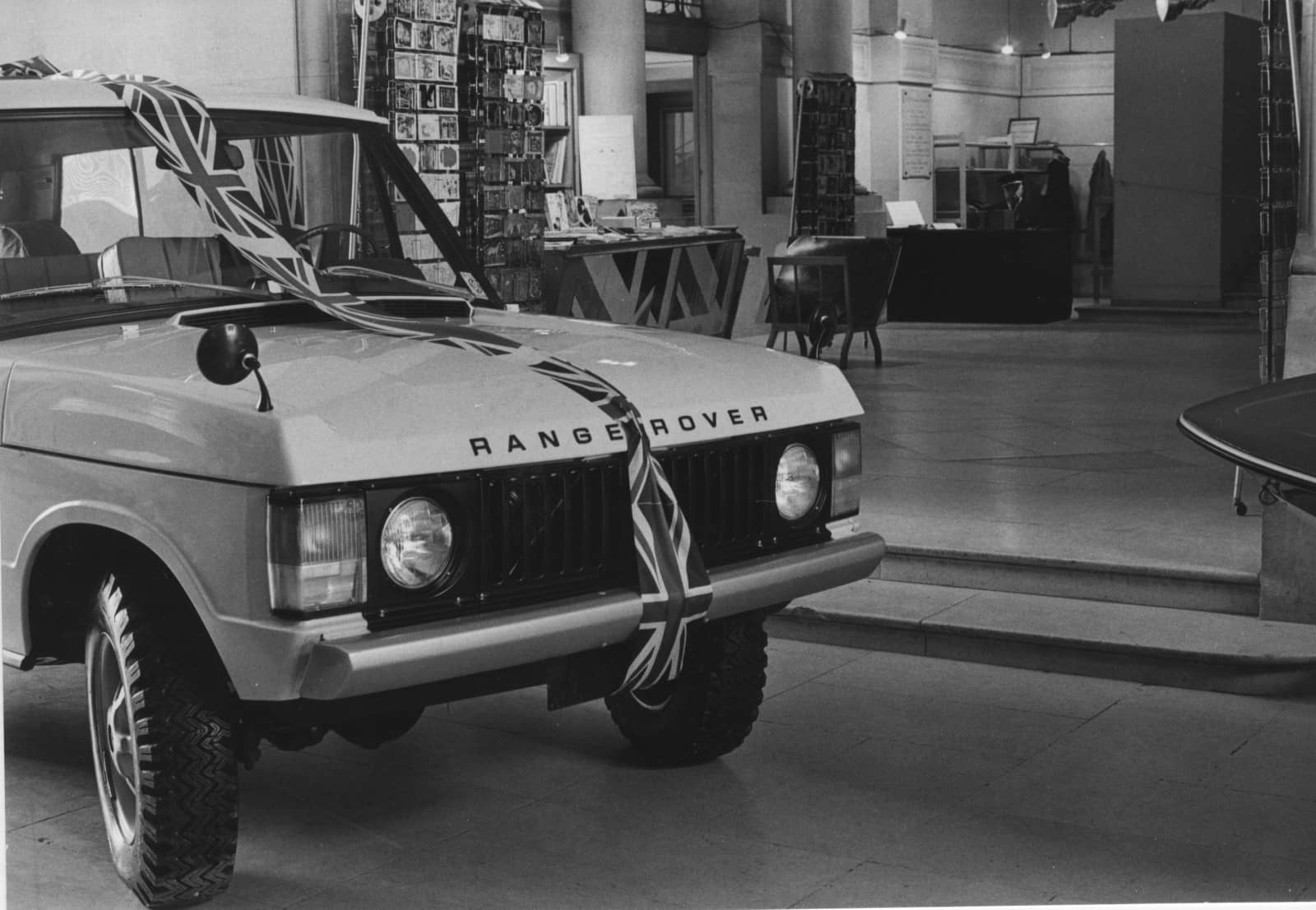 1970 Range Rover on display at Louvre_02