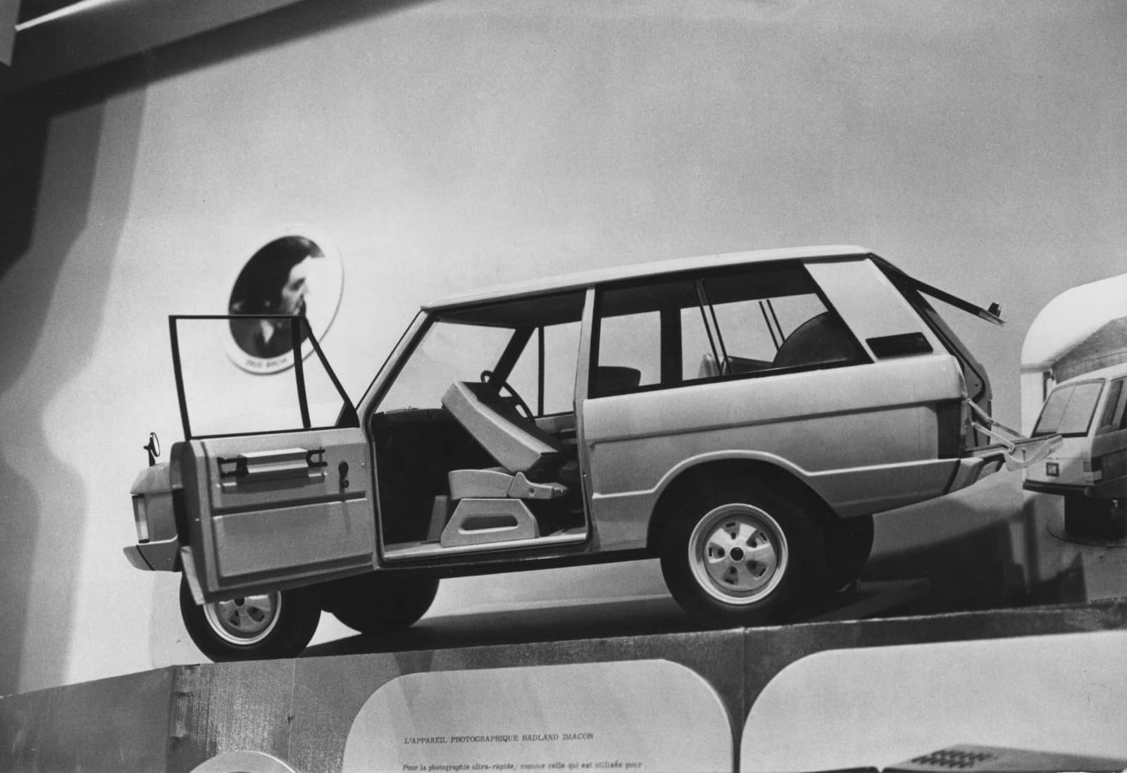 1970 Scale Range Rover on display in Louvre_02